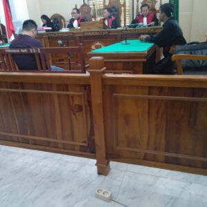 Terdakwa Umar Ritonga saat mendengar JPU bacakan tuntutannya